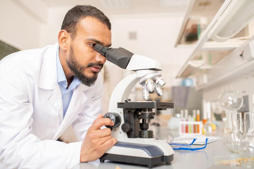 doutor em microscópio