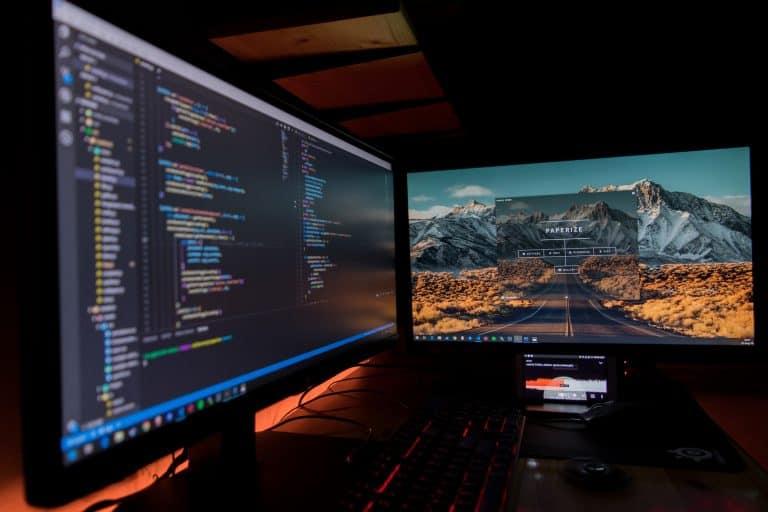 Dois monitores ligados.