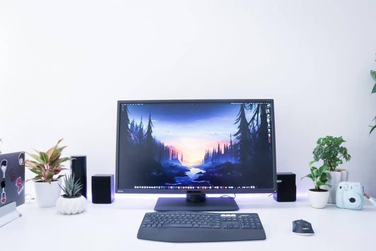 Imagem de computador sobre mesa de escritório.