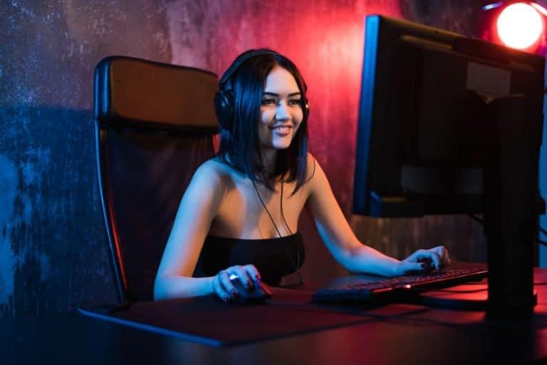 Imagem de mulher jogando em computador.