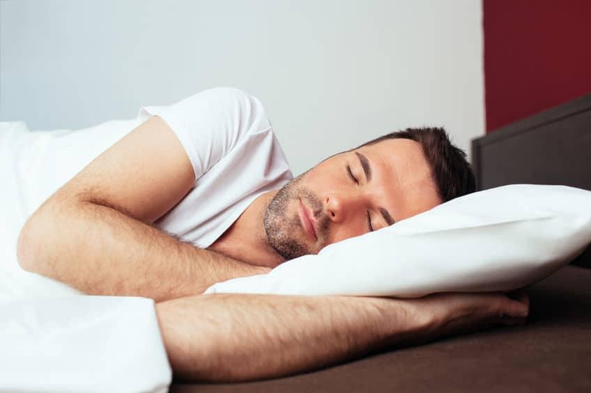 Imagem de homem na cama dormindo.