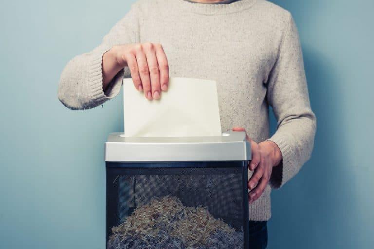 Pessoa triturando papel.