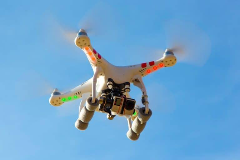 Drone com câmera durante voo.