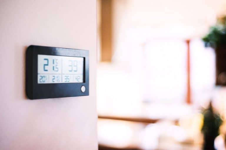 Imagem de estação metereológica na parede.
