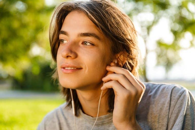 Homem com fone de ouvido.