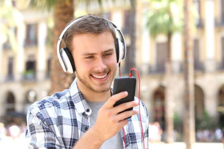 Homem ouvindo música.