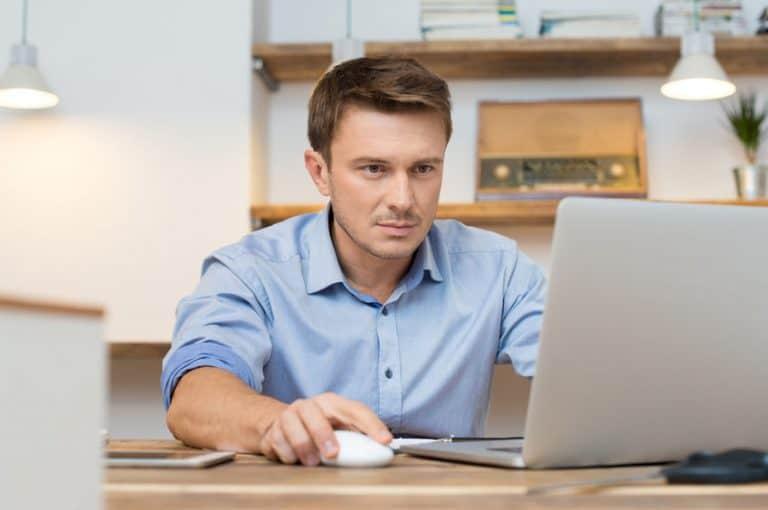 Homem trabalhando notebook.