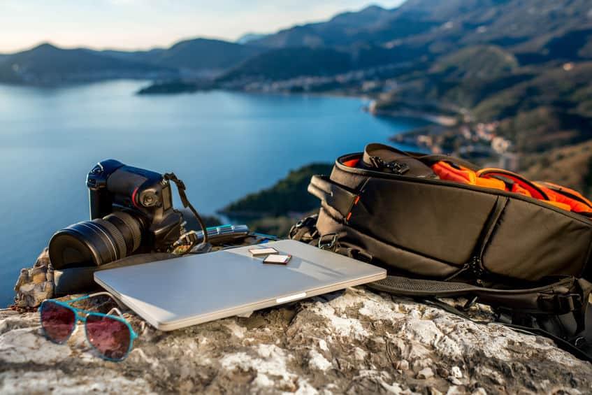 Imagem de notebook e bolsa impermeável.