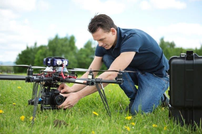 Homem preparando drone.