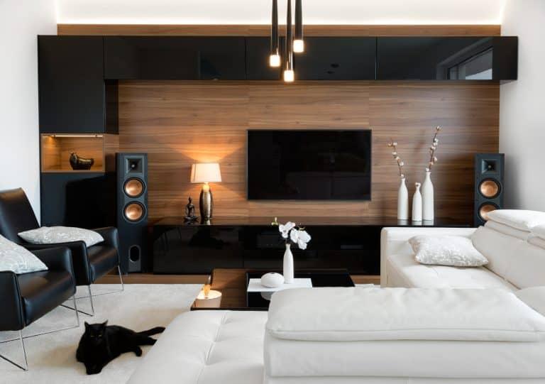 Imagem de sala de estar com smart TV na parede.
