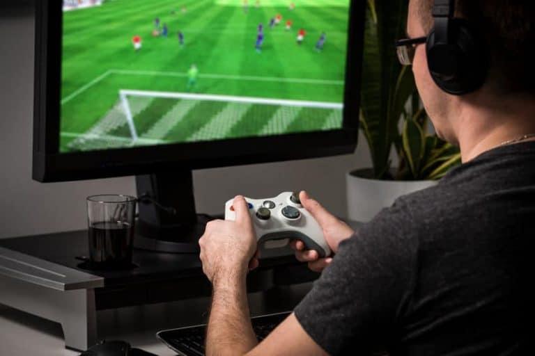 Homem jogando video game.