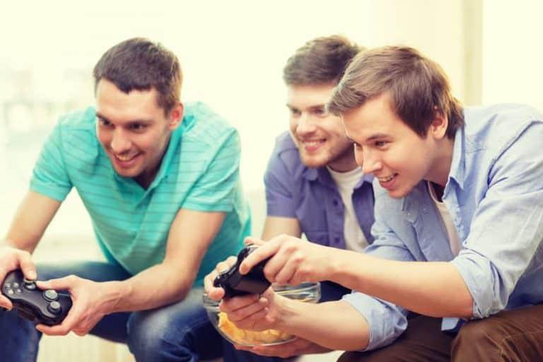 Imagem de amigos jogando xbox.